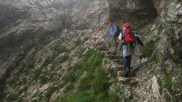 So laufe ich mit meinem Equipmentrucksack den Felssteig nach oben. Rechts am Felsen ist ein Drahtseil als Handlauf angebracht.